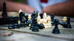 Schwarzweiss-Schachfiguren auf dem Tisch Spielen des Schachs auf der Straße stockfoto