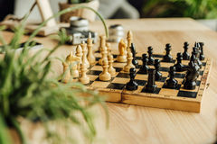 Schwarzweiss-Schachfiguren auf Schachbrett während des Spiels Stockbild