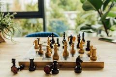 Schwarzweiss-Schachfiguren auf Schachbrett während des Spiels Stockfoto