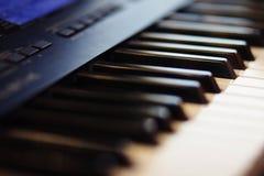 Schwarzweiss-Schlüssel des musikalischen Instrumentsynthesizers stockfoto