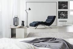 Schwarzweiss-Schlafzimmerinnenraum stockbilder