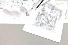 Schwarzweiss-Skizze des Wohnzimmers mit Bleistiften und Plan Lizenzfreies Stockbild