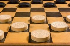 Schwarzweiss-Stücke auf einem Schachbrett Lizenzfreies Stockfoto