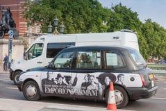 Schwarzweiss-Taxi auf Westminster-Brücke Lizenzfreie Stockfotos