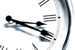Schwarzweiss-Ton der antiken römischen Stundenzahl der Uhrzeit Stockfotos