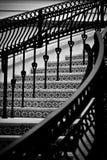 Schwarzweiss-Treppenhaus-Zusammenfassungs-Muster Lizenzfreie Stockfotografie