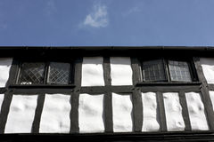 Schwarzweiss-Tudor Gebäude Stockfoto