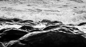 Schwarzweiss-- und blaues Meer Stockbild