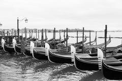 Schwarzweiss--Venedig-Gondeln angekoppelt lizenzfreie stockbilder