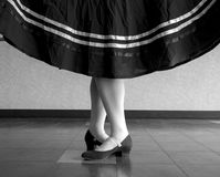 Schwarzweiss-Version des Charakter-Balletts, fünfte Position mit dem Rock gehalten Stockfoto