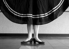 Schwarzweiss-Version des Charakter-Balletttänzers in der ersten Stelle, die ihren Rock hält Lizenzfreie Stockfotografie