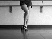 Schwarzweiss-Version des Tänzers mit abgeschrägtem Fuß in Jazzgrabungsposition Stockfotos