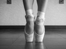 Schwarzweiss-Version eines Abschlusses oben ein Balletttänzer ` s bloßer Füße in pointe Schuhen stockfoto