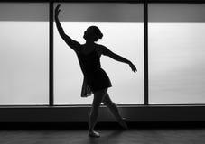 Schwarzweiss-Version von Ballett-Tänzer-Lunge-Schattenbild lizenzfreies stockfoto