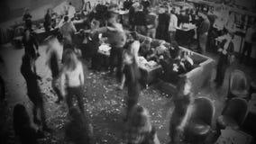 Schwarzweiss-Video von der Überwachungskamera, Leute, die am Nachtclub, timelapse sich entspannen stock video footage