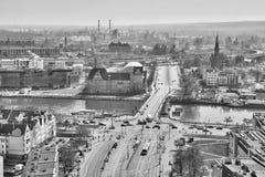 Schwarzweiss-Vogelperspektive der Stadt im Stadtzentrum gelegen mit Brücke über Odra-Fluss Stockbilder