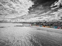 Schwarzweiss-Vogelperspektive von Brighton Beach Hütten badend stockbilder