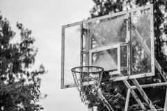 Schwarzweiss vom alten Basketballkorb lizenzfreie stockbilder