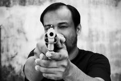 Schwarzweiss vom Mann, der Gewehr hält lizenzfreie stockfotos
