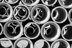 Schwarzweiss von den konkreten runden Rohren gestapelt Lizenzfreies Stockfoto