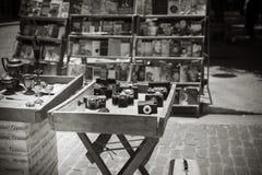 Schwarzweiss von der Antike benutzte Kameras auf Anzeige an einem im Freien stockfotografie