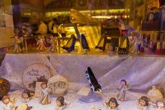 Schwarzweiss-Weihnachtsschokoladenskulpturen im Shop windo Stockfotos