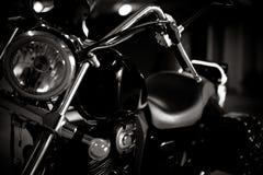 Schwarzweiss-Weinlesefoto von Zerhackerfahrraddetails, chromiert, mit weichem Licht und Reflexionen, mit Seitenledertaschen stockbilder