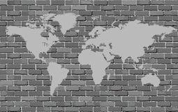 Schwarzweiss-Weltkarte auf einer Backsteinmauer Stockbilder