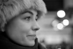 Schwarzweiss-Winterporträt der hübschen Frau Lizenzfreies Stockbild