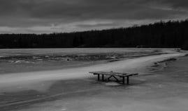 Schwarzweiss-Winterszene von gefrorenem See Lizenzfreies Stockfoto