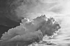 Schwarzweiss-Wolken lizenzfreies stockfoto
