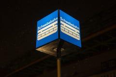 Schwebebahn火车伍伯托德国标志在一个冬天晚上 免版税库存图片