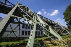 Schwebebahntrein in Wuppertal Duitsland stock foto