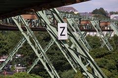 Schwebebahntrein in Wuppertal Duitsland stock fotografie