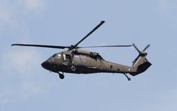 Schwebender Blackhawk-Hubschrauber Stockfotos
