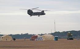 Schwebender Chinook-Hubschrauber Lizenzfreie Stockfotografie