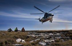 Schwebender Hubschrauber   Lizenzfreie Stockfotografie
