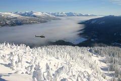 Schwebender Hubschrauber lizenzfreies stockbild