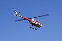 Schwebender Hubschrauber stockfotos