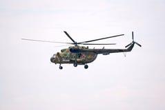 Schwebender Hubschrauber Mi-8 lizenzfreie stockbilder