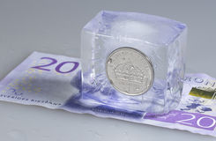 Schwede eine Krona-Münze im Eis Lizenzfreie Stockfotos