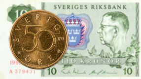 50 Schwede oere Münze gegen eine Anmerkung 10 Schwedischer Krone stockfoto
