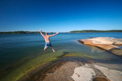 Schweden, das in Wasser springt Lizenzfreie Stockfotografie