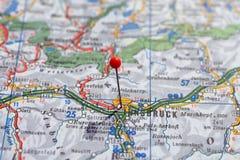 Schweden Stockholm, am 7. April 2018: Europäische Städte auf Karten-Reihen Nahaufnahme von Innsbruck Lizenzfreies Stockbild