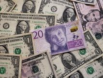 schwedische Banknote von 20 Krona und amerikanische Dollarscheine, Hintergrund und Beschaffenheit lizenzfreie stockfotografie
