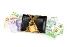 Schwedische Banknoten in einer verschlossenen schwarzen Geldbörse mit Kette und Vorhängeschloß Lizenzfreies Stockbild