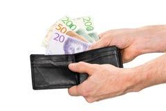 Schwedische Banknoten wird von einer schwarzen Geldbörse aufgenommen Lizenzfreie Stockfotos