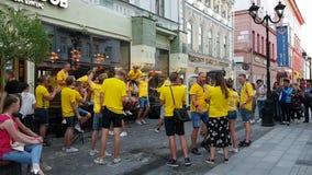 Schwedische Fans haben Spaß auf den zentralen Straßen von Nizhny Novgorod am Vorabend des Matches mit Korea stock video footage