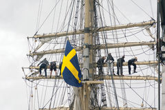 Schwedische Flagge an einem Schiff Stockfotos