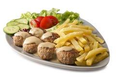 Schwedische Fleischklöschen und Chips stockbild